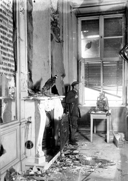 Wache an einer Maschinengewehr-Stellung im Berliner Schloss nach den Kämpfen im Dezember 1918. © Staatliche Museen zu Berlin, Kunstbibliothek, Photothek Willy Römer / Willy Römer