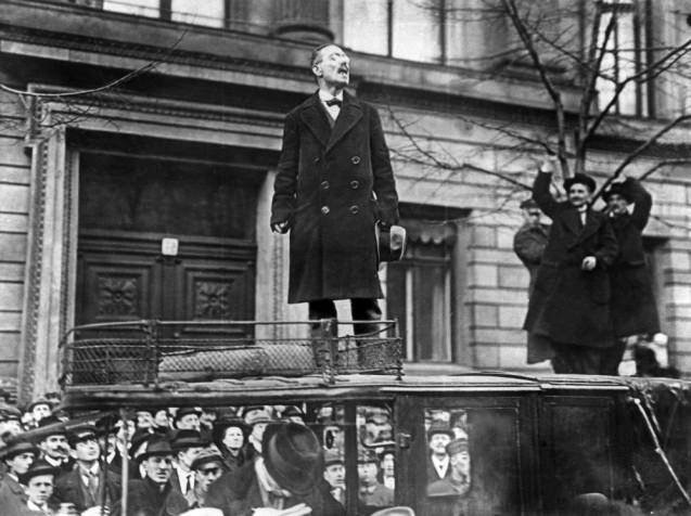 Karl Liebknecht spricht Ende 1918 vor dem Ministerium des Innern in Berlin. Gemeinsam mit Rosa Luxemburg führte er den linken