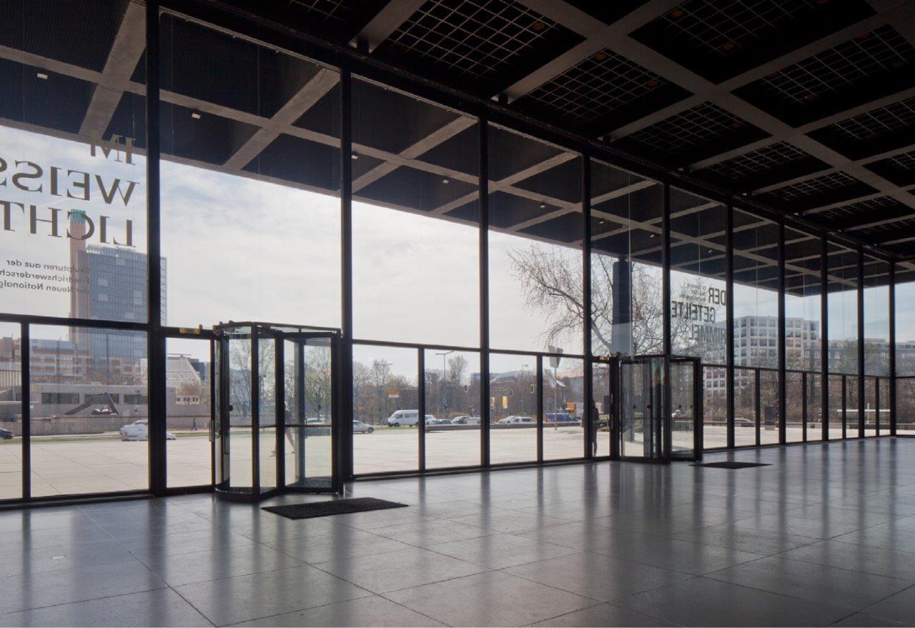 Die Karusseltüren sind die Haupteingänge des Museums © David Chipperfield Architects für das Bundesamt für Bauwesen und Raumordnung (BBR)