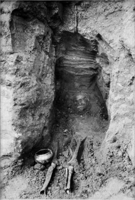 Berlin-Britz, 28. März 1951: Freilegung einer Bestattung aus dem 6. Jahrhundert.  © Bürgerverein Britz e. V. Foto: Erich Moebus.