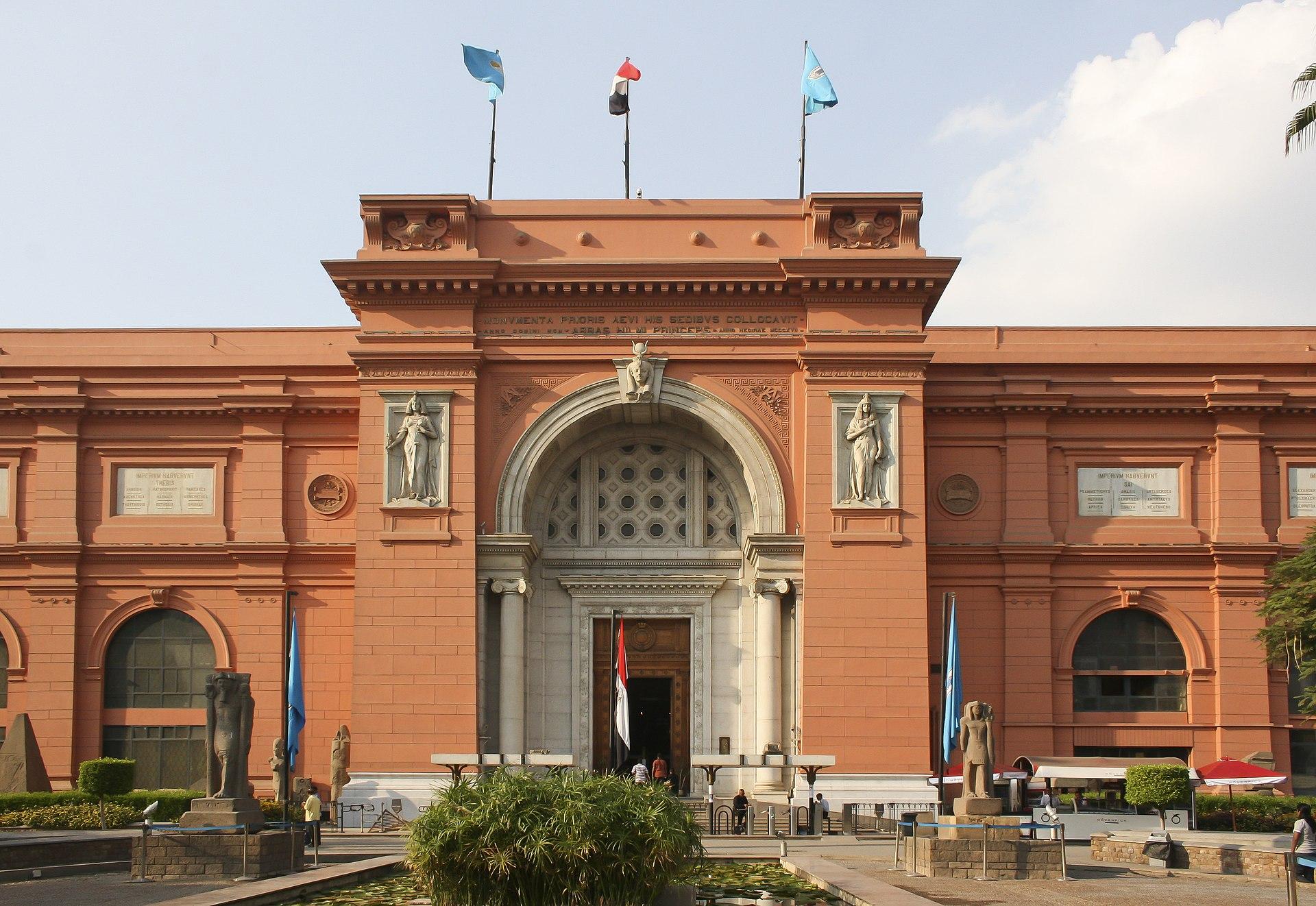 Fassade des Ägyptischen Nationalmuseums am Tahir Platz in Kairo. (c) CC BY-SA 3.0