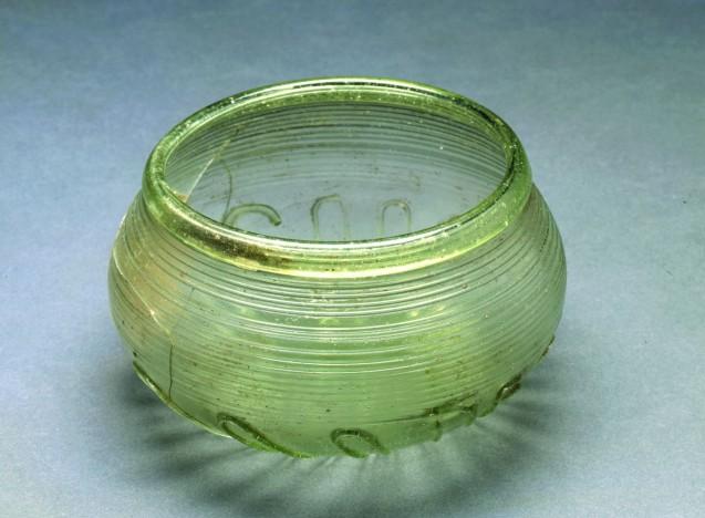 Die wertvolle Glasschale enthielt vermutlich Proviant, für den Übergang ins Jenseits vorgesehen. © Staatliche Museen zu Berlin, Museum für Vor- und Frühgeschichte. Foto: Klaus Göken.