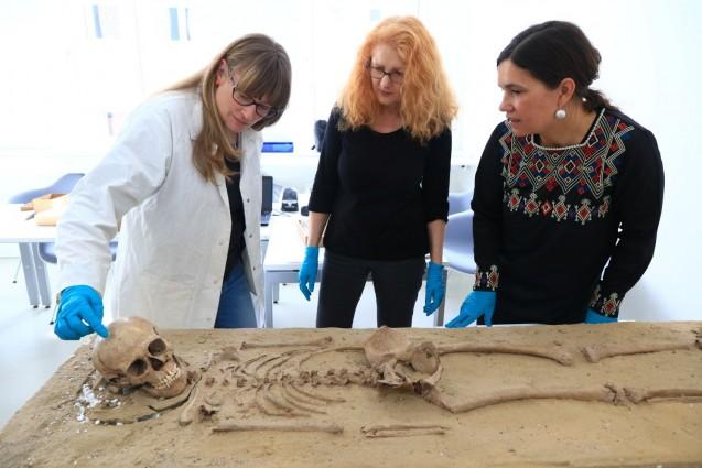 """Die englische Anthropologin Natasha Powers (links) erläutert den Berliner Archäologinnen Marion Bertram (Mitte) und Claudia M. Melisch die Ergebnisse ihrer osteologischen Analyse der """"Britzer Prinzessin"""".   Foto: Thilo Rückeis."""