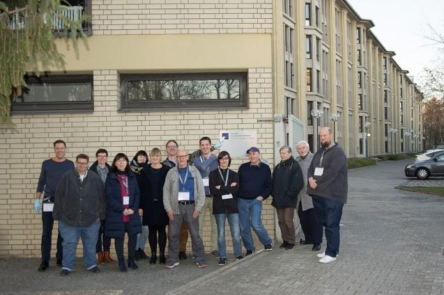 Wikipedianer*innen und Mitarbeiter*innen des MEK vor dem Verwaltungsgebäude. Foto von Ansgar Wernst – Eigenes Werk, CC BY-SA 4.0