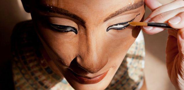 Bemalung der neuen Sonderedition der Nofretete © Gipsformerei, Staatliche Museen zu Berlin. Foto: Juergen Hohmuth/Zeitort.de