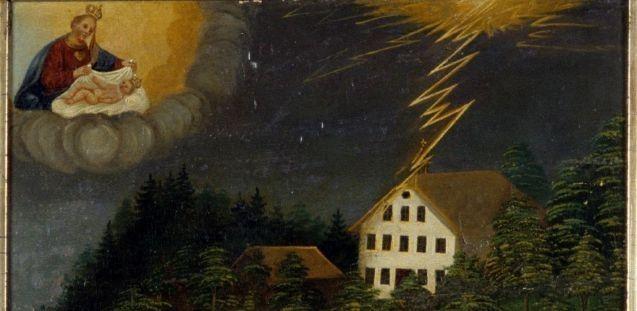 Ein Blitz schlägt in ein Haus am Waldrand ein, Maria mit Kind wacht über der Szene, Votivbild, 1859, Salzburg © Staatliche Museen zu Berlin, Museum Europäischer Kulturen / Ute Franz-Scarciglia