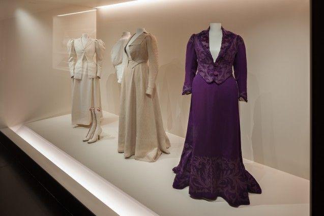 Sommerkostüme und ein Promenadenkleid in der Modegalerie des Kunstgewerbemuseums. Foto: Achim Kleuker
