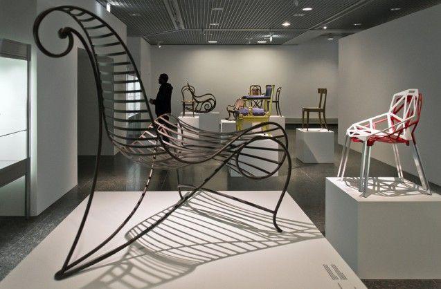 Spine Chair von André Dubreuil, 1988 /Ausführung 1995, und Chair One von Konstantin Grcic, 2003. Foto: Fabian Fröhlich