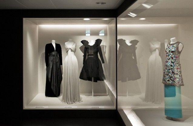 Abendkleider von Gérard Pipart für Nina Ricci, Paris, um 1980; Abendkleid von Madame Grès, Paris, nach 1973; Cocktailkleid von Yves Saint Laurent, Paris, 1988; Abendrock von Madame Grès, Paris, nach 1973. Foto: Fabian Fröhlich