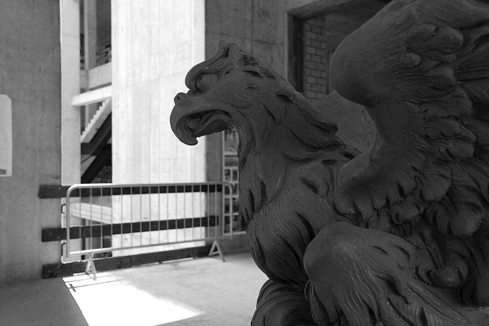 Tonmodell für einen Adler an der Fassade. Foto: Fabian Fröhlich