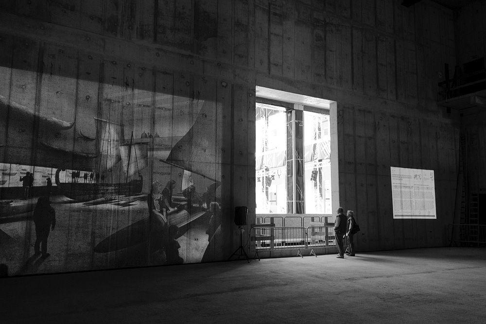 Projektion mit den Südseebooten des Ethnologischen Museums im südlichen Kubus. Foto: Fabian Fröhlich