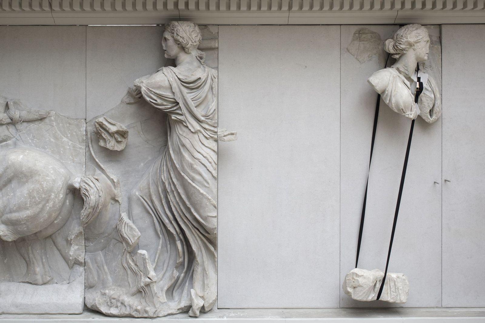 Die Gottheiten Helios und Theia (?) mit Sicherungsgurt (Südfries). Foto: Peter Thieme