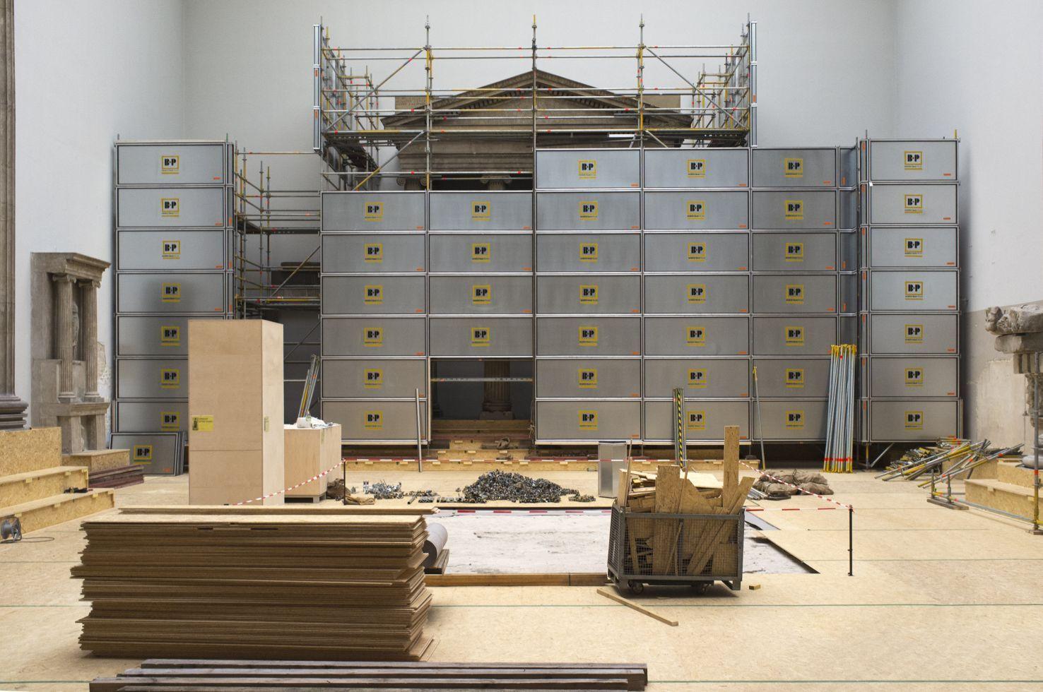 Aufbau der Schutzeinhausungen im Hellenistischen Saal (gleiche Perspektive) . Foto: Peter Thieme
