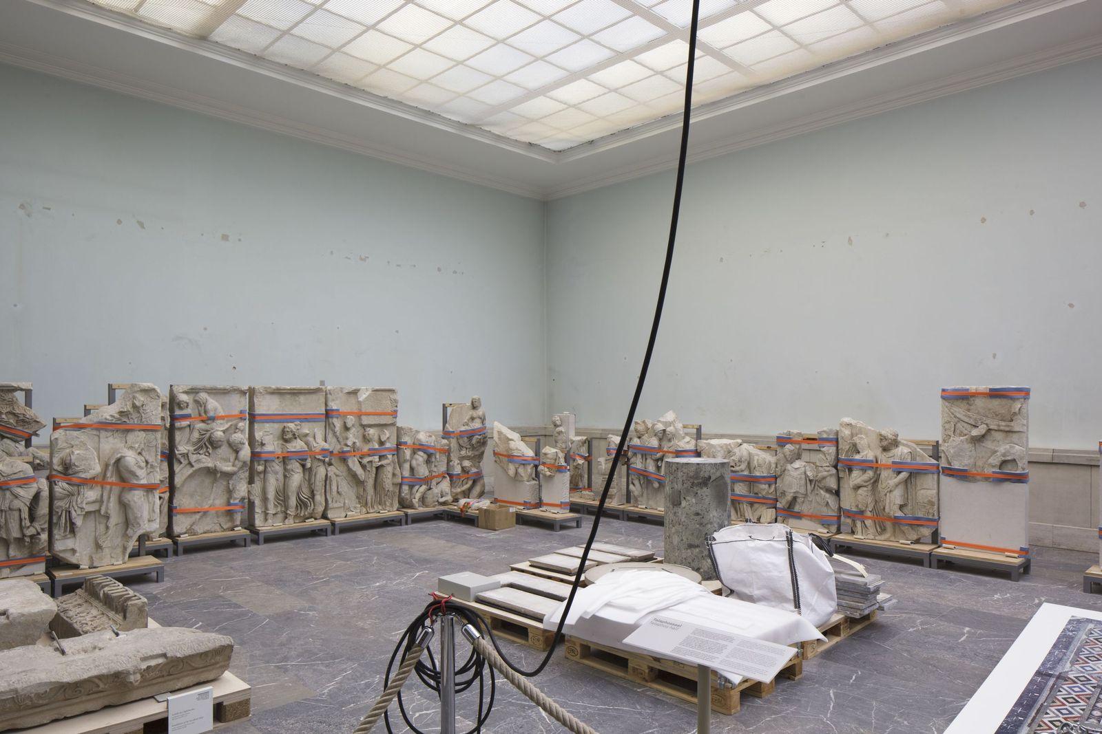 Der Telephosfries nach seiner Abnahme vom Wandsockel. Foto: Peter Thieme