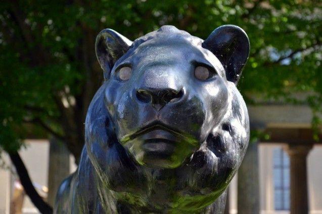 Skulptur eines Löwen auf der Museumsinsel Berlin