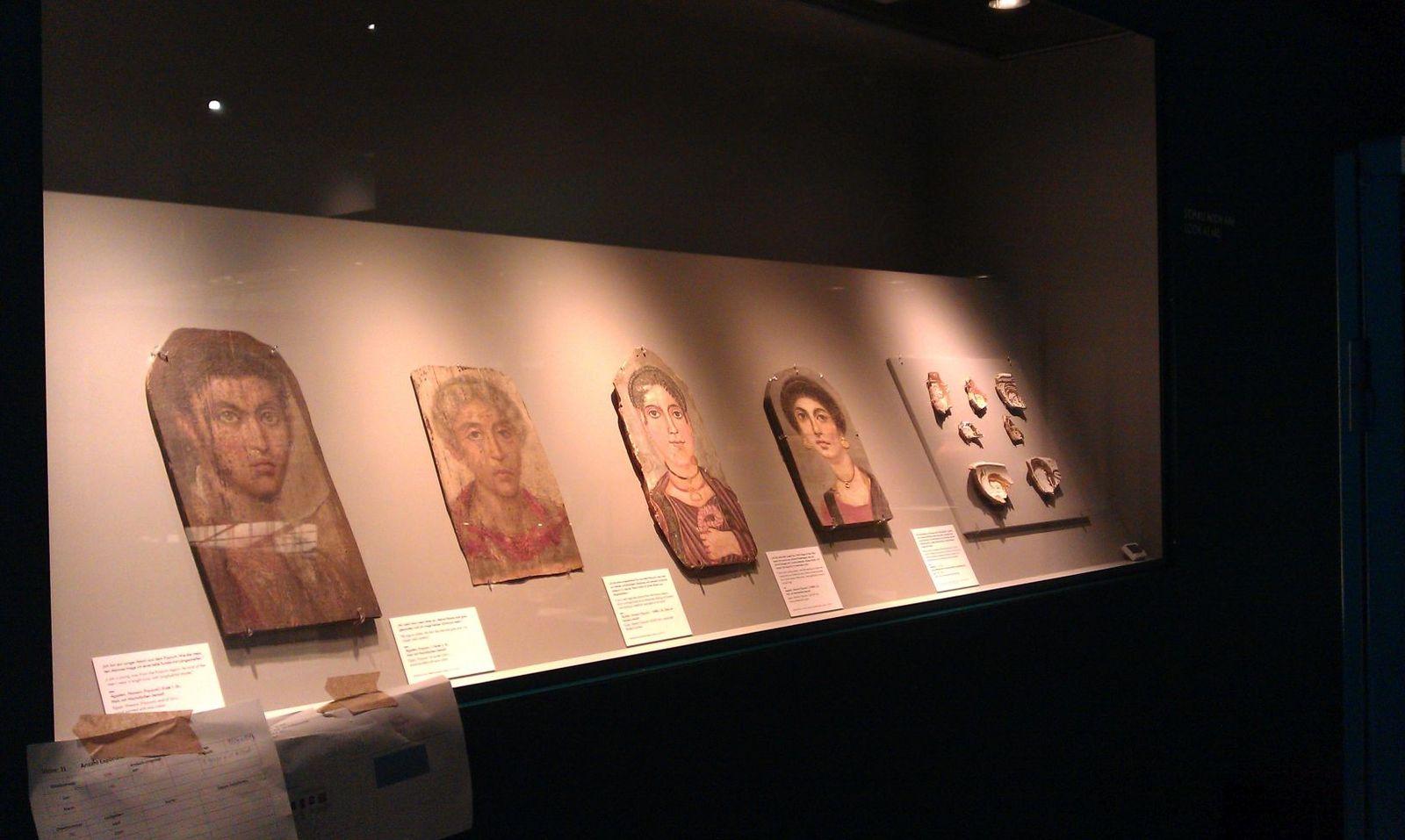 Vitrinensituation im Bode-Museum während des Aufbaus und während der Ausstellung