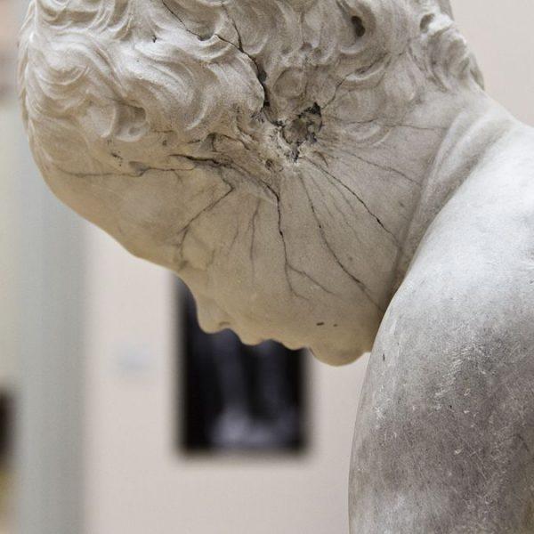 """François Duquesnoy, Bogenschnitzender Amor, vor 1629. Aufstellung in der Ausstellung """"Das verschwundene Museum"""". Foto: Fabian Fröhlich"""