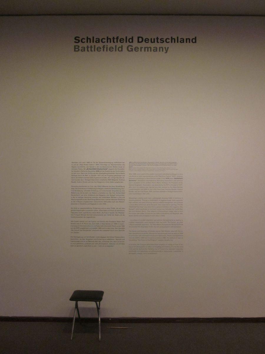 """Hier und dort finden sich alte Ausstellungstexte der letzten Schau """"Ausweitung der Kampfzone. 1968–2000. Die Sammlung Teil 3""""."""