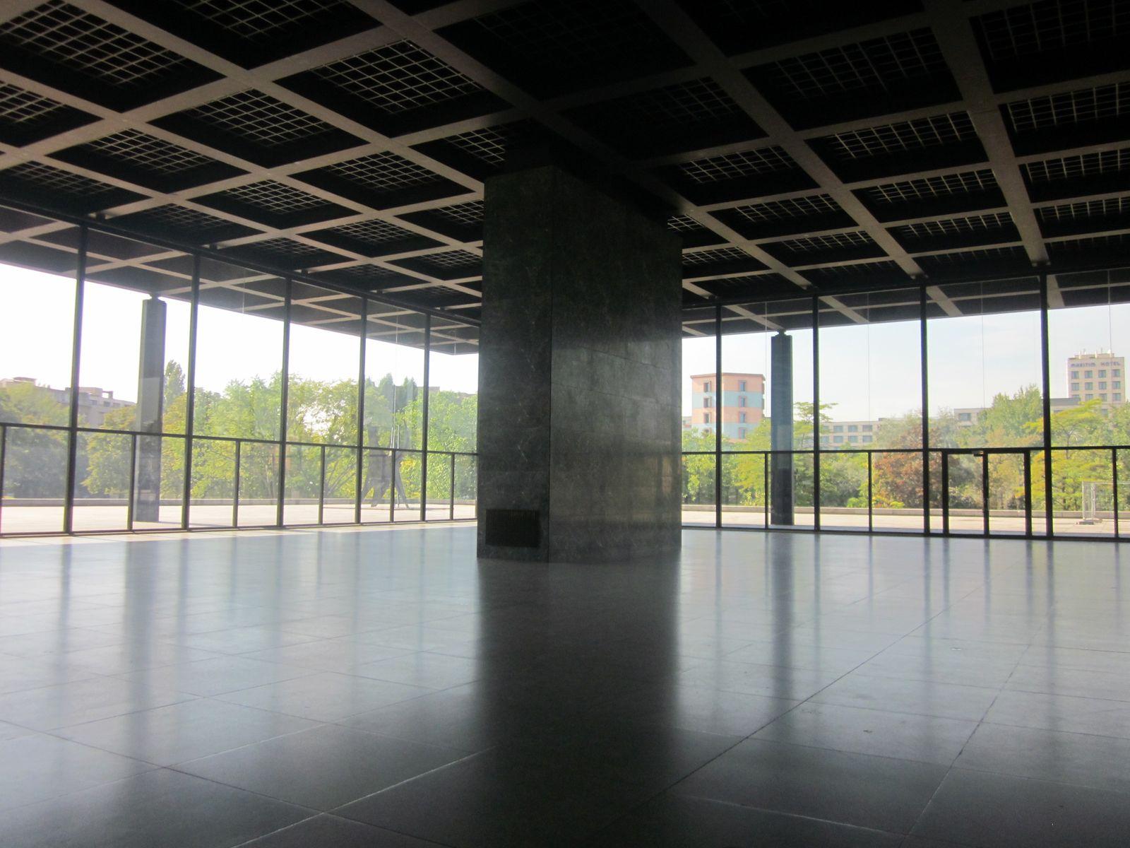 Der leere Raum in der Neuen Nationalgalerie bietet eine einzigartige Atmosphäre, vor allem bei so schönem Sonnenschein.