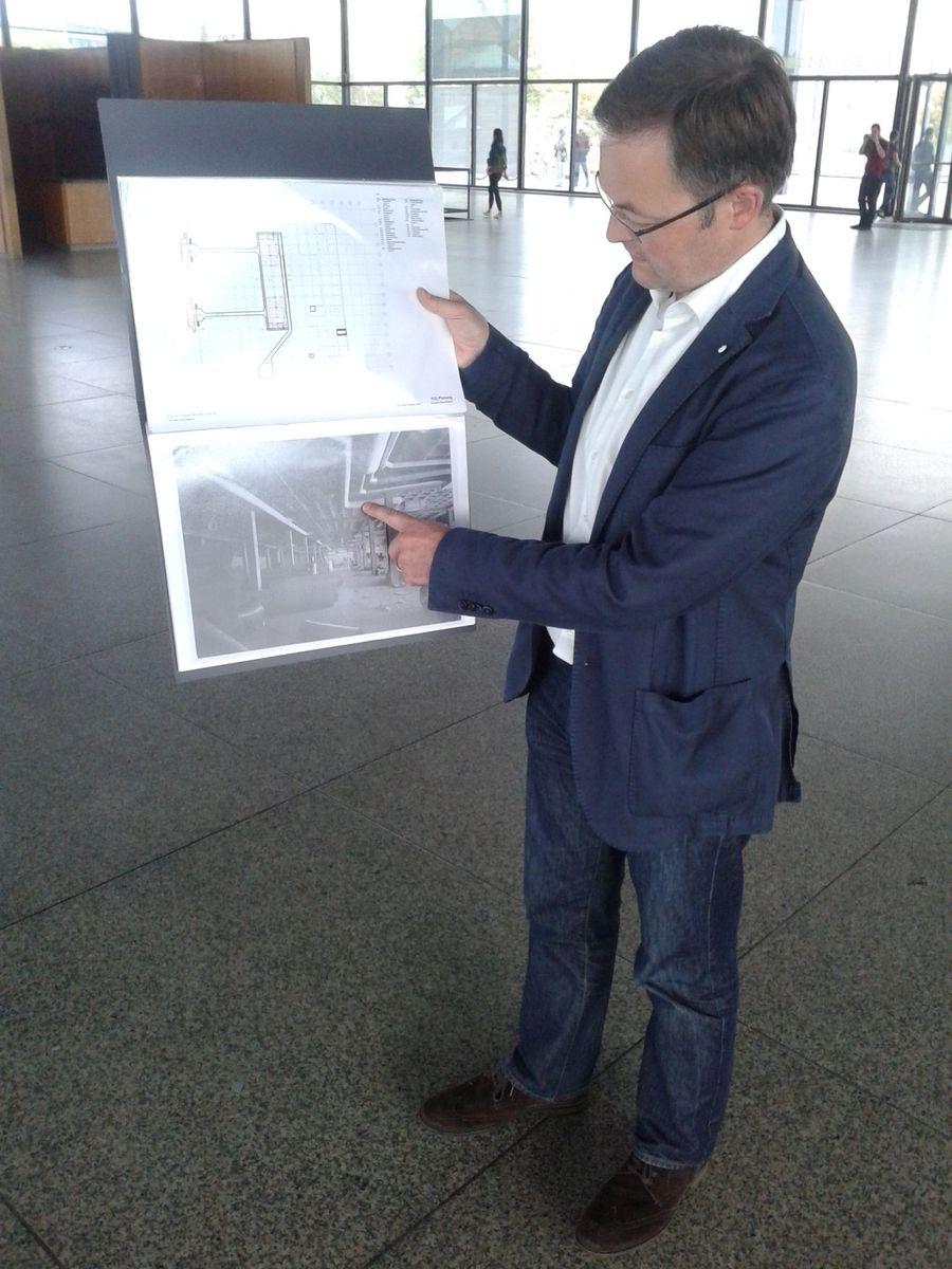 Daniel Wendler von David Chipperfield Architects erklärt die Sanierungsmaßnahmen anhand  von historischen Aufnahmen.