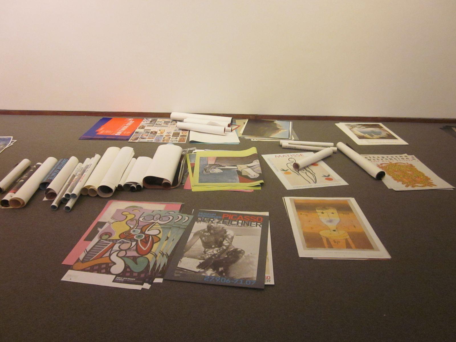 Alte Plakate schmücken derzeit den Boden der Neuen Nationalgalerie.