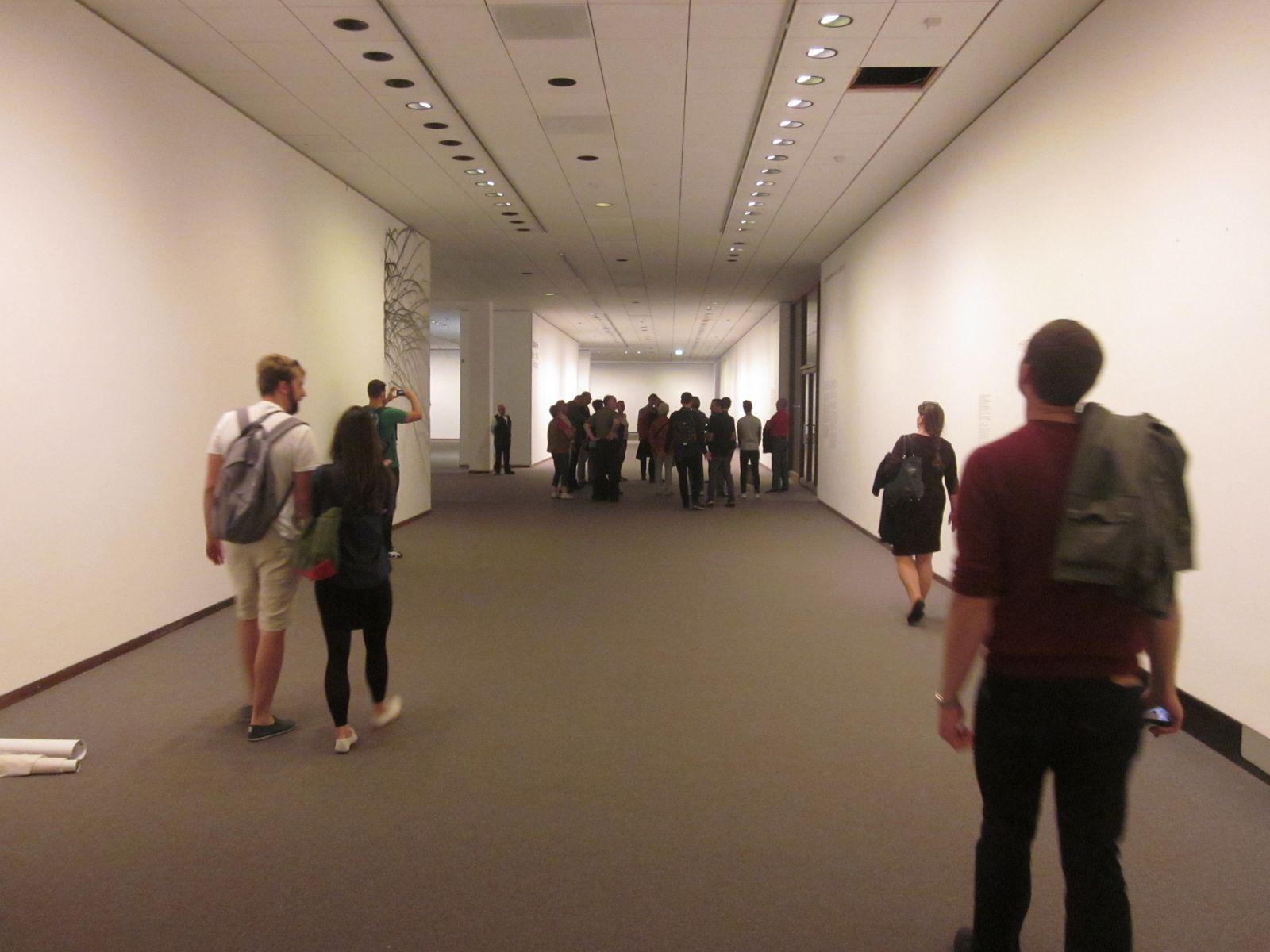 Auch an den Wänden der Ausstellungsräume befinden sich keine Objekte mehr.