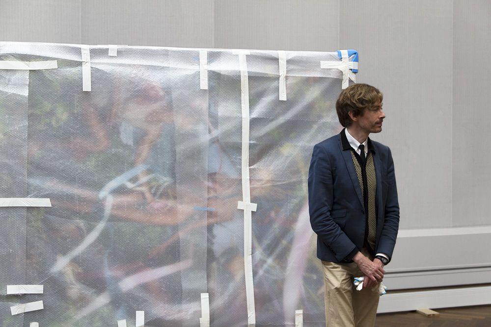"""Gerade haben die Ausstellungskuratoren – hier Ruben Rebmann, wissenschaftlicher Mitarbeiter der Gemäldegalerie – die erste Leihgabe in Empfang genommen: """"Rebirth of Venus"""" von David LaChapelle. Foto: Fabian Fröhlich"""