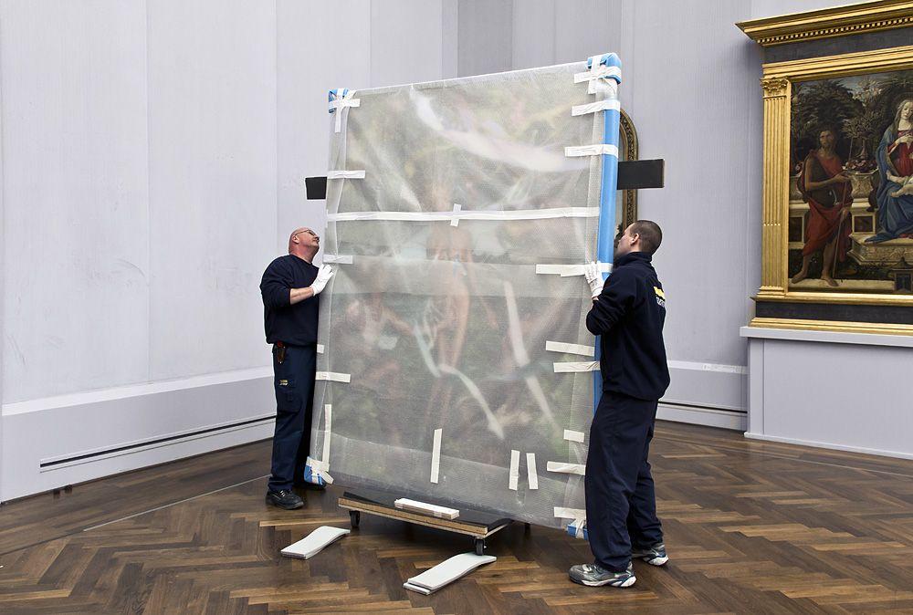 Die Mitarbeiter der Kunstspedition Hasenkamp behandeln den gerahmten C-Print genauso wie einen Alten Meister: sehr, sehr vorsichtig. Foto: Fabian Fröhlich
