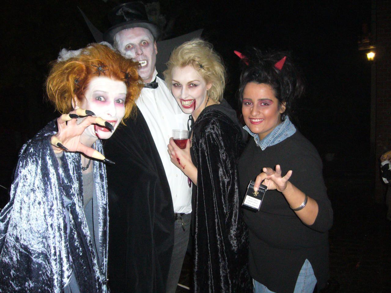 Partygäste in typischer Halloween-Verkleidung. Foto: B. Wilheim, Kiez und Kneipe