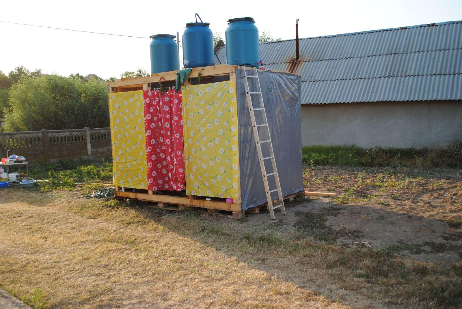 So sieht die fertige Solardusche aus. Macht eigentlich ganz komfortablen Eindruck ... Foto: Bernhard S. Heeb