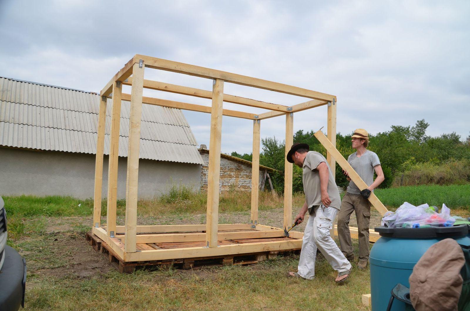 Mitarbeiter des Grabungsteams bauen eine Solardusche. Foto: Bernhard S. Heeb