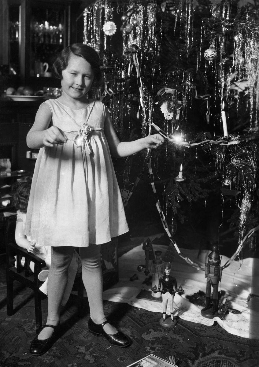 Tochter von Willy Römer, Ursula Römer, unter dem heimischen Weihnachtsbaum (1930). (c) bpk / Kunstbibliothek, SMB, Photothek Willy Römer / Willy Römer