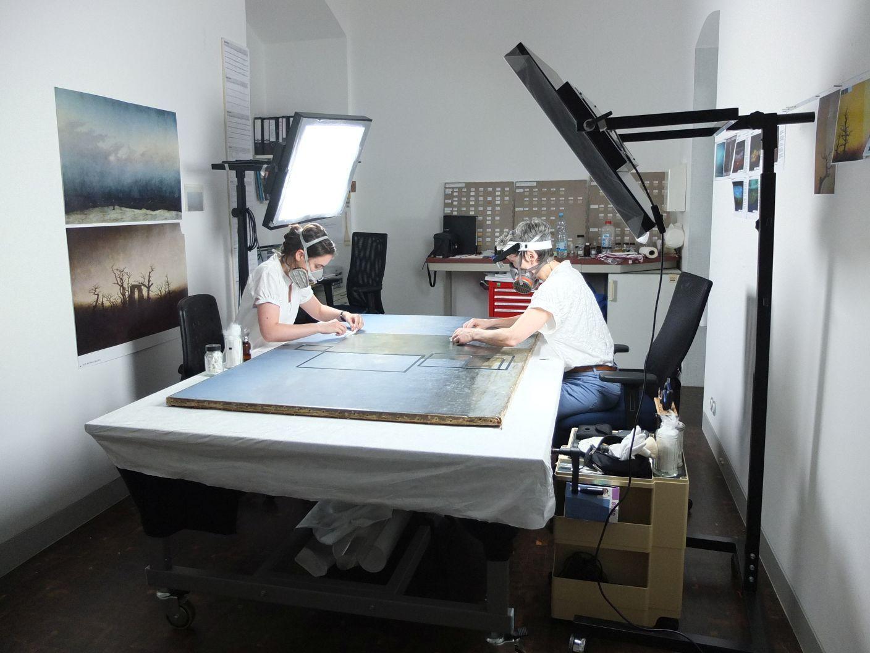 Restaurierungsatelier in der Alten Nationalgalerie während der Firnisabnahme am Gemälde