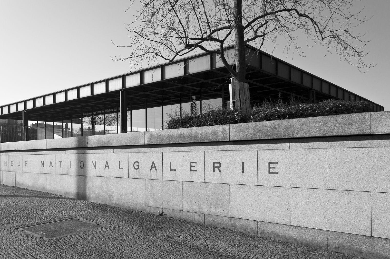 Blick von der Potsdamer Straße auf die Neue Nationalgalerie