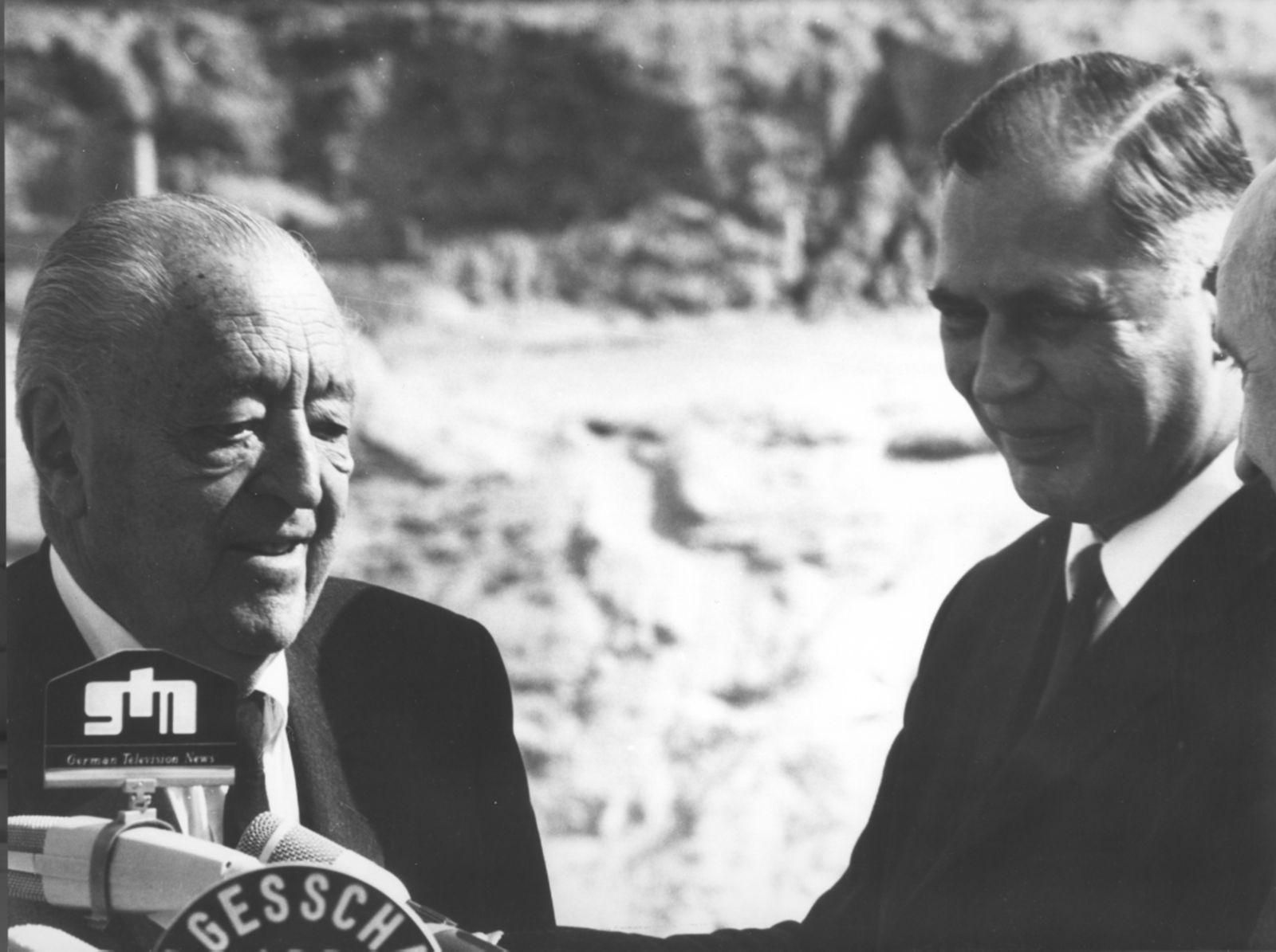 Ludwig Mies van der Rohe und Bausenator Rolf Schwedler bei der Grundsteinlegung der Neuen Nationalgalerie am 22.09.1965 (c) bpk / Nationalgalerie, SMB / Reinhard Friedrich