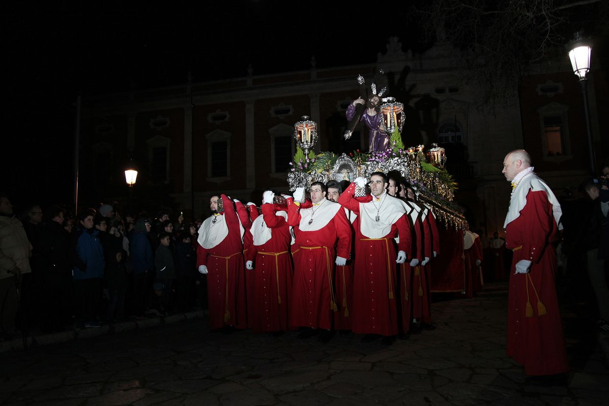 Cofrade from the Cofradia Penitencial Santísimo Cristo Despojado carrying