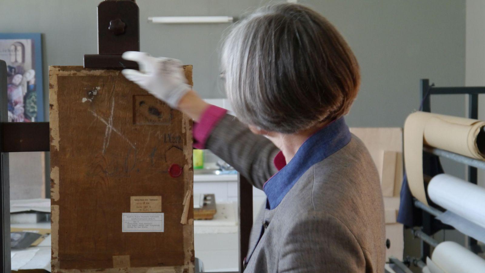 Die Rückseite offenbarte laut Babette Hartwieg, dass es sich beim Bildträger wahrscheinlich um eine Tür handelte. Foto: SMB / Sven Stienen