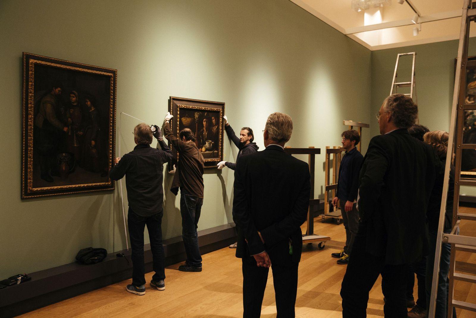 Michael Eissenhauer, Generaldirektor der Staatlichen Museen zu Berlin (rechts), und Bernd Lindemann, Direktor der Gemäldegalerie, verfolgen das Hängen eines Bildes für die Ausstellung