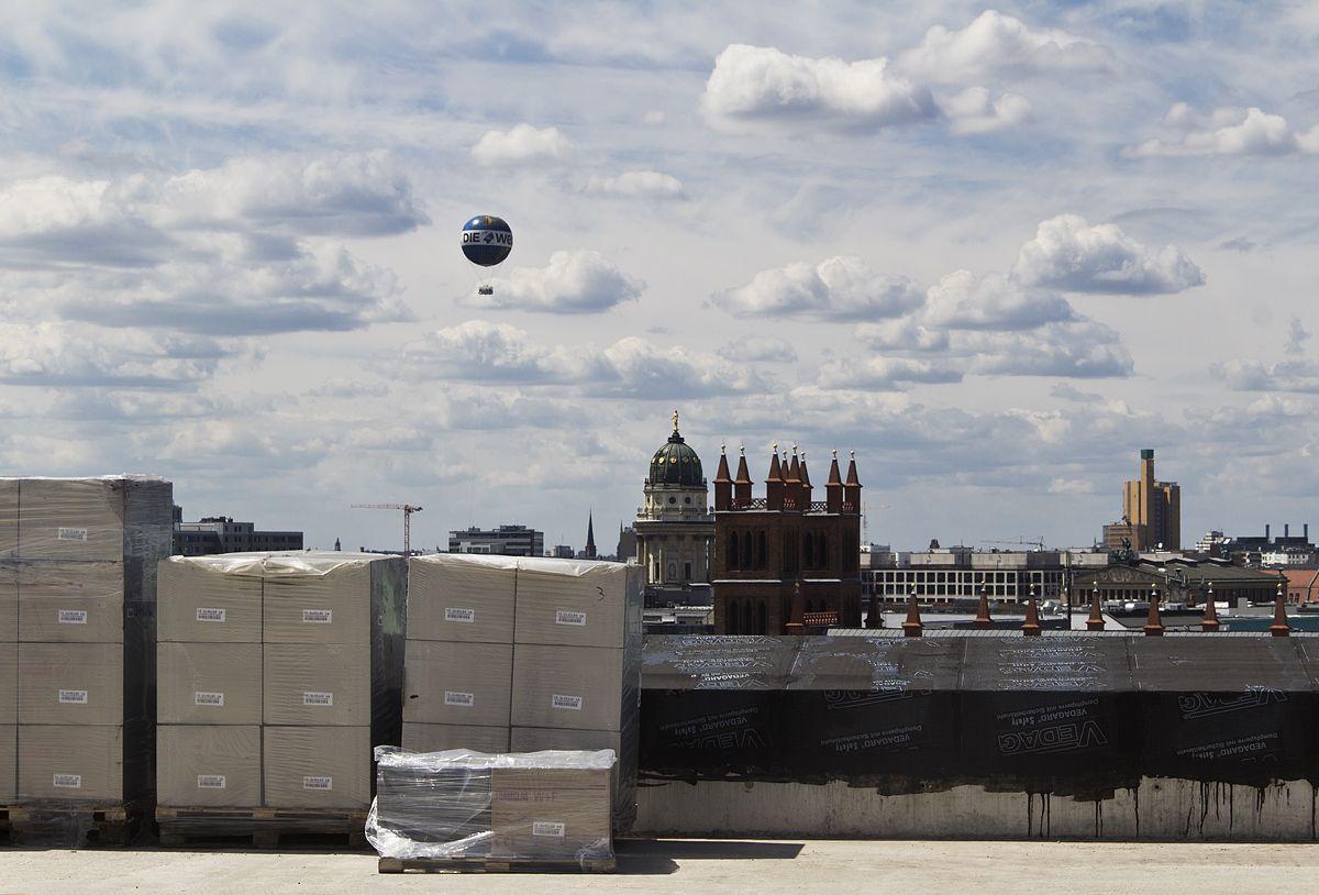 Tag der offenen Baustelle im Berliner Schloss 2016: Blick von der Dachterrasse zum Französischen Dom und zur Friedrichswerderschen Kirche