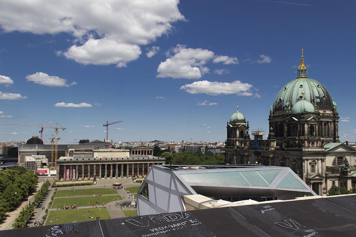 Tag der offenen Baustelle im Berliner Schloss 2016: Blick von der Dachterrasse zum Alten Museum und zum Berliner Dom