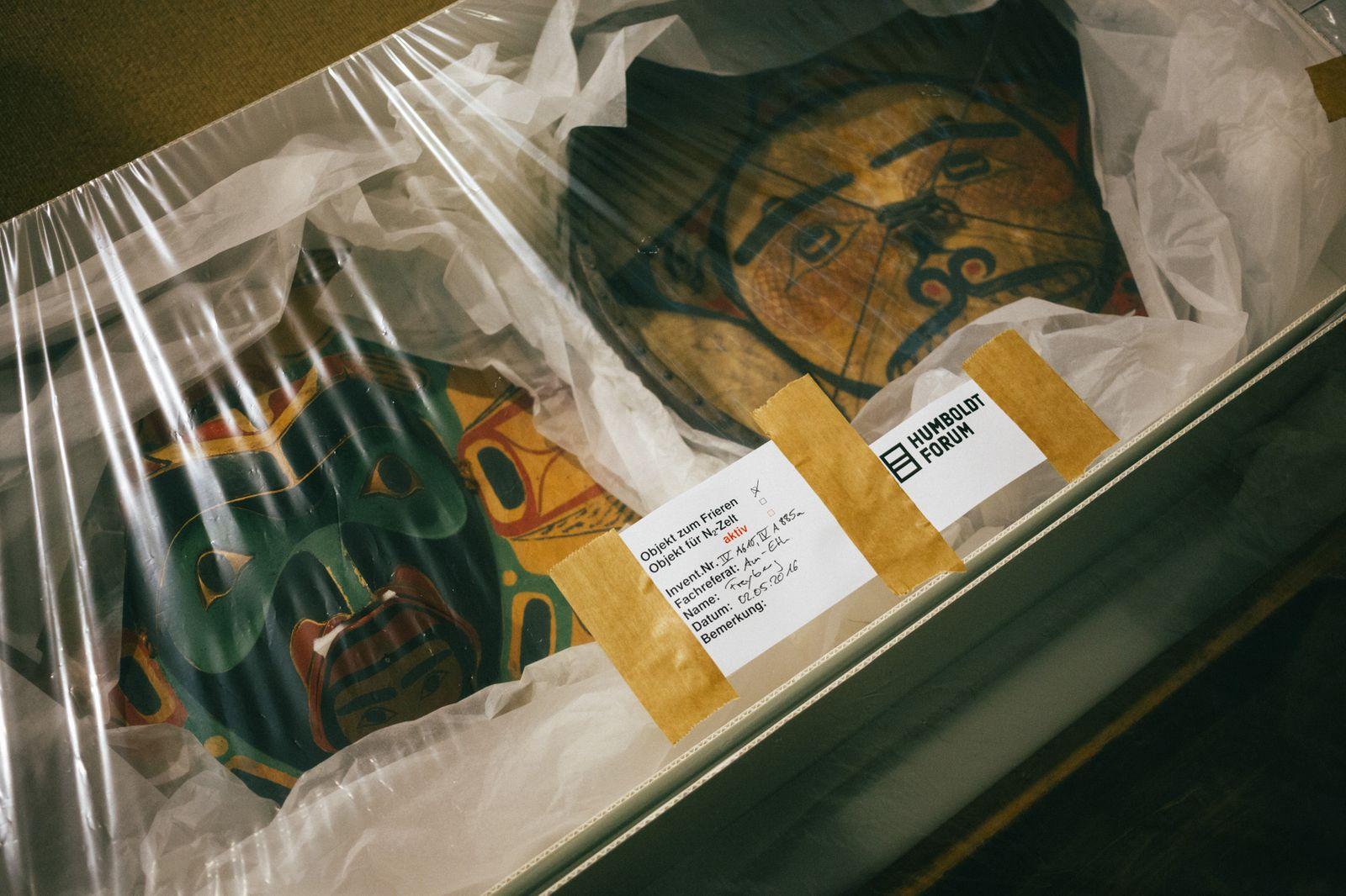 Objekte werden für den Umzug ins Humboldt Forum vorbereitet. Foto: Staatliche Museen zu Berlin / Daniel Hofer