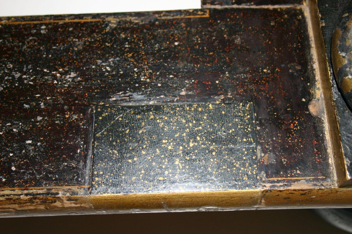 Detail vom Münzschrank: Rahmen des Tischgestells mit einem Schichtenpaket des modernen Lacküberzugs © Kunstgewerbemuseum, Staatliche Museen zu Berlin / Christian Fischer