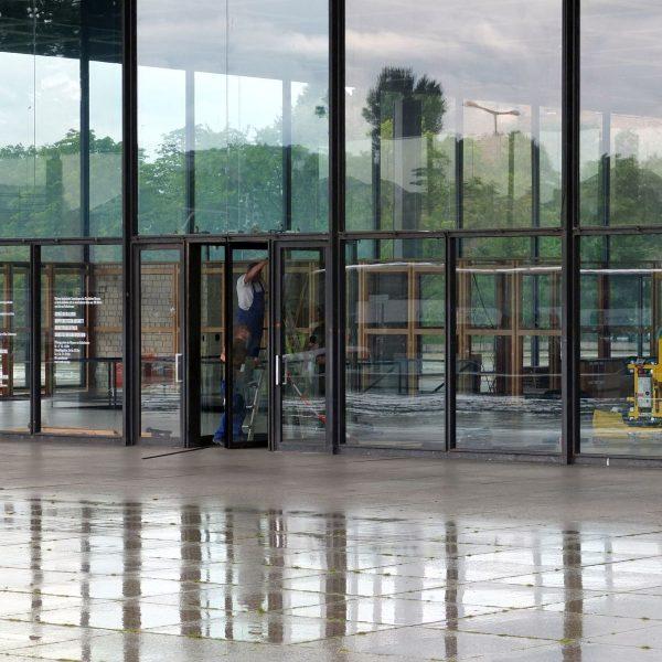 Die Drehtür der großen Halle der Neuen Nationalgalerie wird ausgebaut. Foto: schmedding.vonmarlin