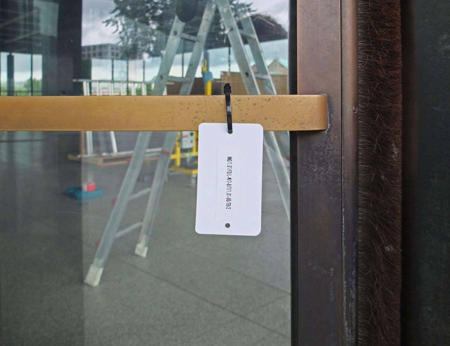 Die Inventarisierungsnummer der Drehtür links. Foto: schmedding.vonmarlin