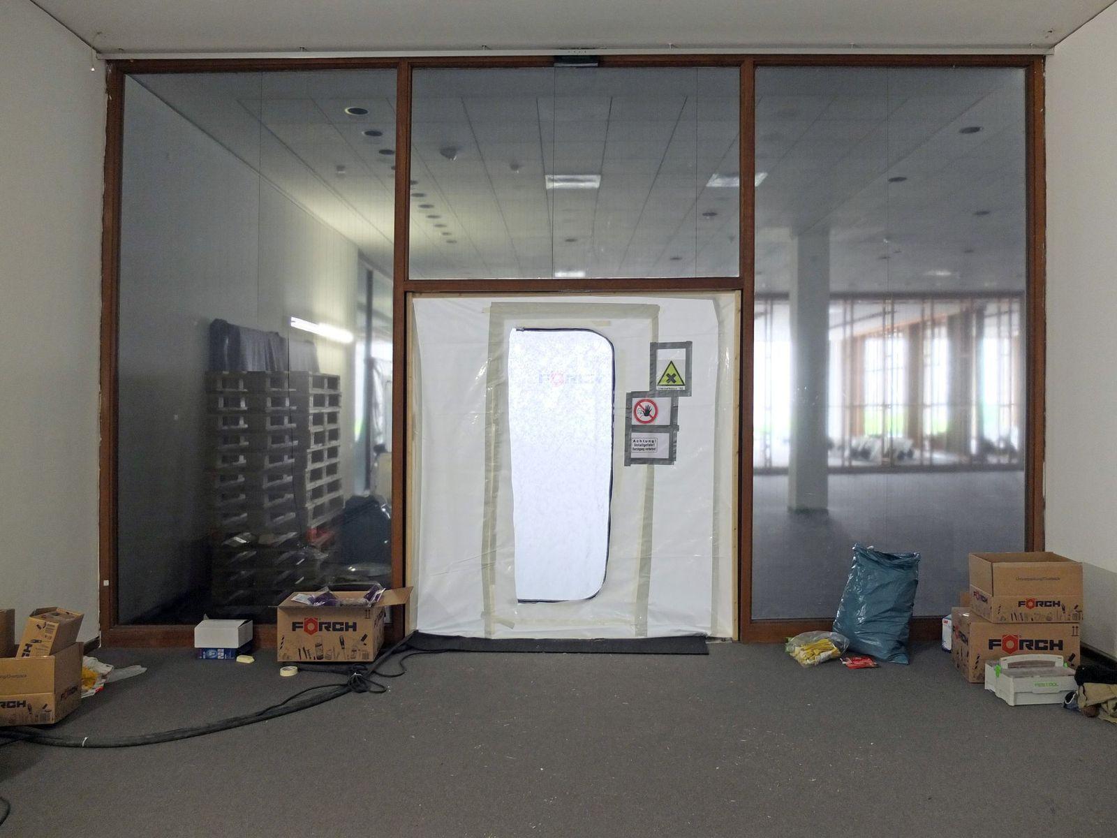 Einhausung eines Arbeitsbereichs im Untergeschoss wegen Schadstoffbelastungen. Foto: schmedding.vonmarlin
