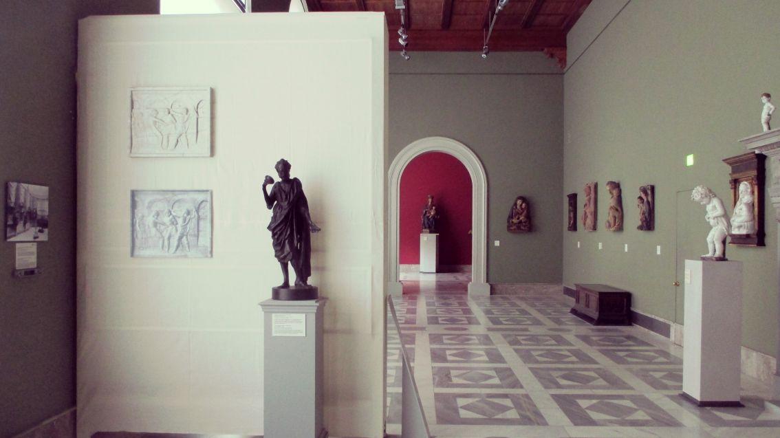 Donatello-Wand: historische Aufnahme und moderner Gipsabguss der Geißelung Christi (l.); Gipsabguss der Bronzefigur Johannes des Täufers