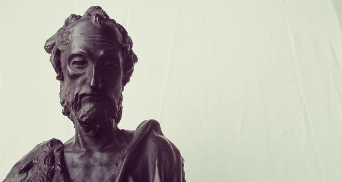 Im Streiflicht: das Detail des Gipses der Donatello-Bronze Johannes des Täufers zeigt, wie gut die Schatten die plastischen Qualitäten des getönten Abgusses hervorheben