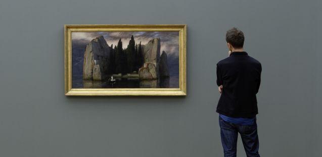 """Arnold Böcklins """"Die Toteninsel"""" von 1883 neben Georg Kolbes """"Herabschreitender"""" von 1940 in der Ausstellung """"Die schwarzen Jahre. Geschichten einer Sammlung. 1933-1945"""" Foto: Thomas Bruns"""