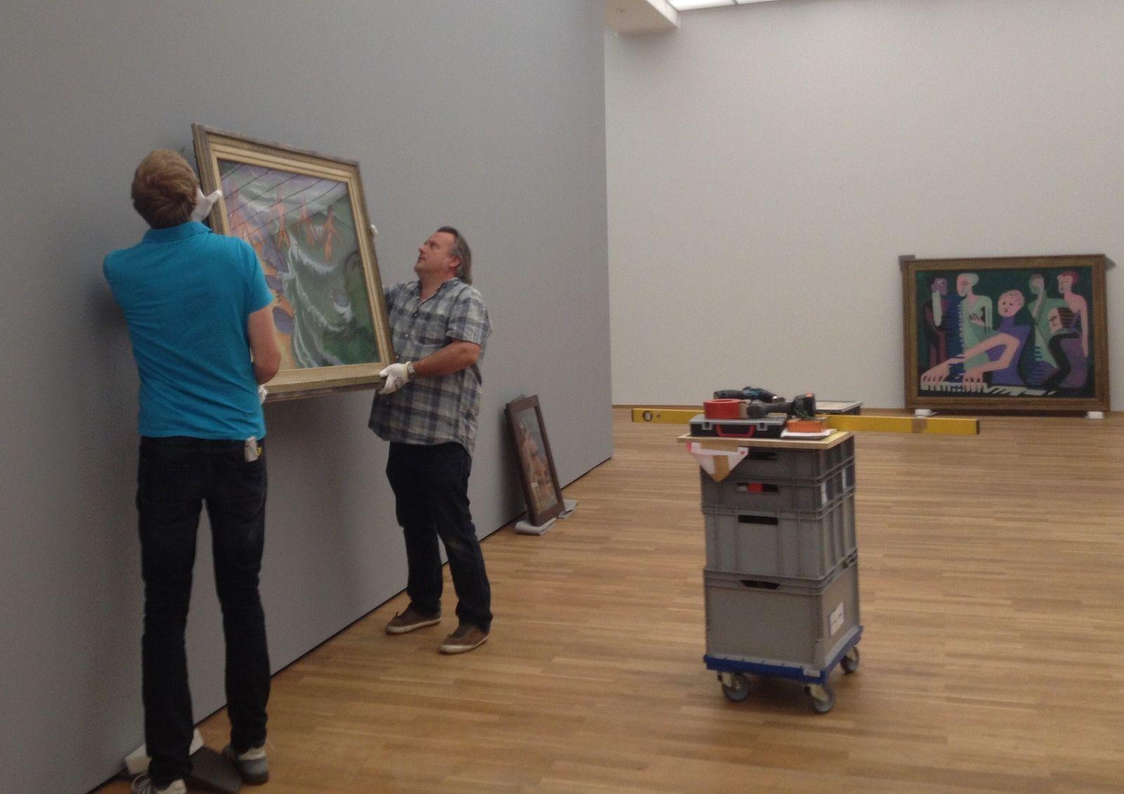Die Firma Lutz Bertram Ausstellungstechnik und Objektbetreuung bei der Arbeit. Foto: Marie Förster, Nationalgalerie