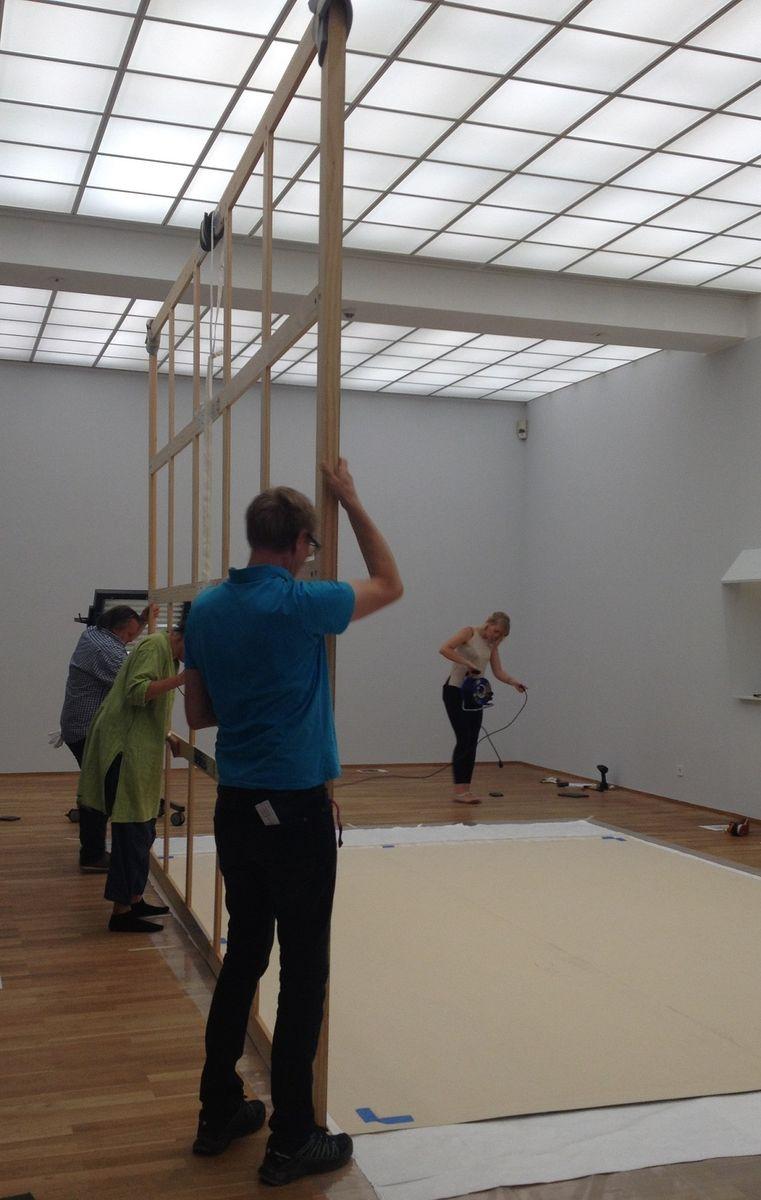 Positionierung des Rahmens durch die Restauratorin Hana Streicher und die Firma Lutz Bertram Ausstellungstechnik und Objektbetreuung. Foto: Marie Förster, Nationalgalerie